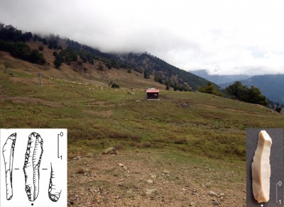 Figure 5. General view of Vasilitsa (VSL) eastern upper slope, from which lithics of different ages have been recovered; the backed bladelet on the left is from VSL-16, the unretouched bladelet on the right from VSL-7δ (photographs and drawing by P. Biagi).